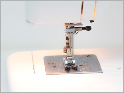 Iluminação sobre a área da agulha na máquina 1006