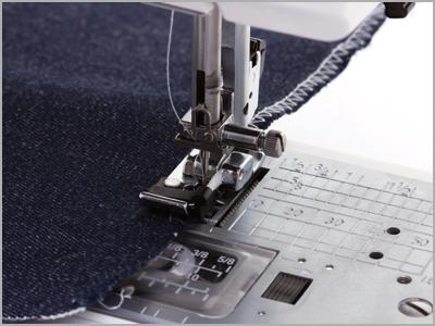 Amostra de costura de acabamento e ponto tipo overlock na máquina de costura DC6100 Janome