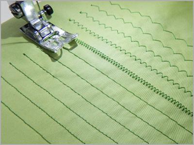 Amostra de costura básica com pontos retos e ziguezague na máquina de costura DC6100