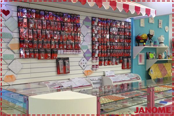 Demonstração e venda de acessórios originais Janome na Mega Artesanal 2016