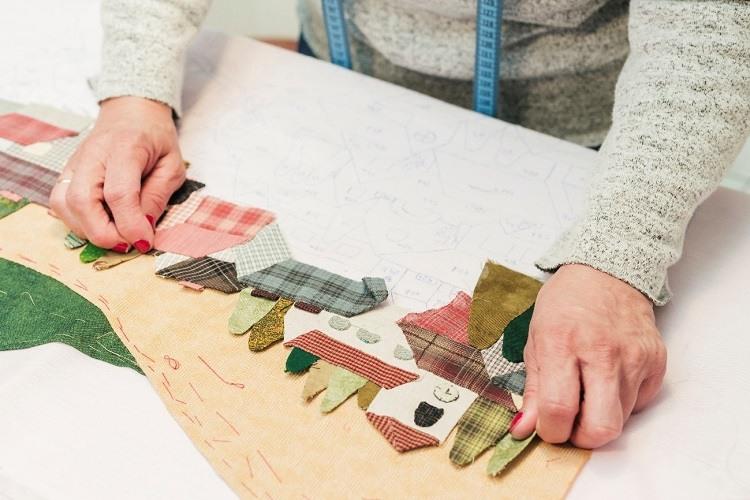 Construção de uma paisagem a partir de retalhos de diferentes tipos de tecidos.