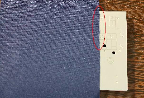 Marcação especial Janome - Margem de 1 ½ de polegada da posição centralizada da agulha até a borda do tecido