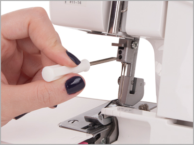 Troca fácil das agulhas na overlock 7933D