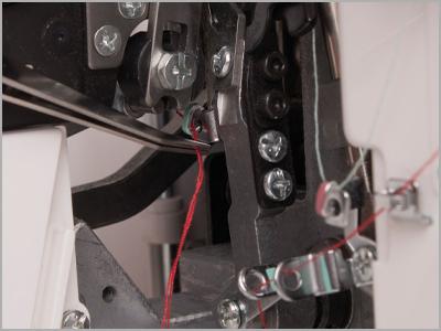 Pinça para passagem das linhas no looper na overlock Janome 7933D